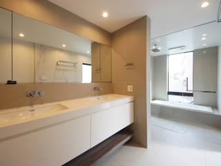 明るいサニタリールーム: TERAJIMA ARCHITECTSが手掛けた浴室です。,