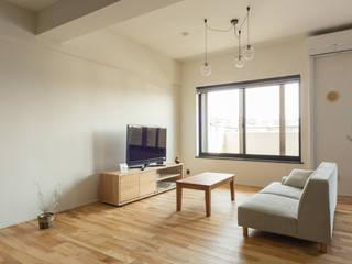 Renovation House K: トコツク建築設計事務所が手掛けたリビングです。