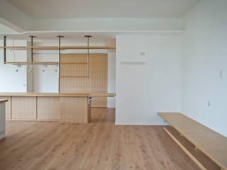 2013中和江宅 现代客厅設計點子、靈感 & 圖片 根據 王采元工作室 現代風