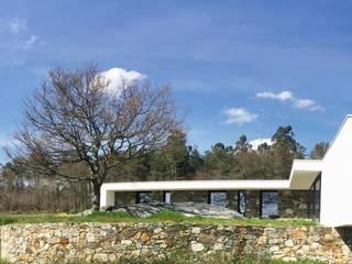 Casa do Penedo: Casas unifamilares  por Eurico Soares Teixeira Arquiteto - Unipessoal, Lda,Moderno
