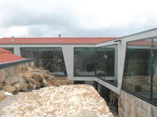 Casa Pátio: Casas unifamilares  por Eurico Soares Teixeira Arquiteto - Unipessoal, Lda,Rústico