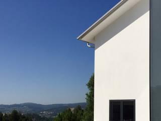 Casa década de 70: Casas  por Eurico Soares Teixeira Arquiteto - Unipessoal, Lda,Moderno