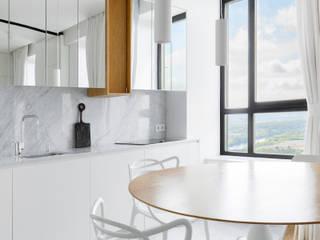 Дизайн-проект светлой квартиры в стиле минимализм, площадью 65 кв.м. Москва, ул. Люсиновская: Встроенные кухни в . Автор – Владимир Чиченков