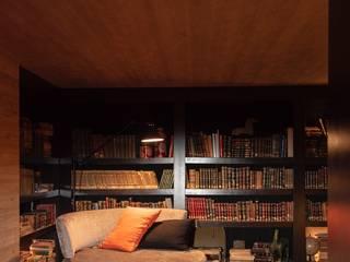 Biblioteca do Wine Bar: Hotéis  por Nuno Ribeiro arquitecto