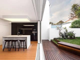 Espaço aberto para o exterior: Cozinhas  por Padimat Design+Technic