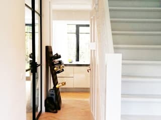Classic style corridor, hallway and stairs by Puurbouwen Classic