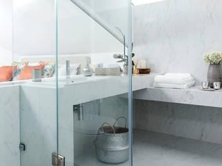 CASA DE BANHO SOTÃO ESTORIL: Casas de banho  por TGV Interiores