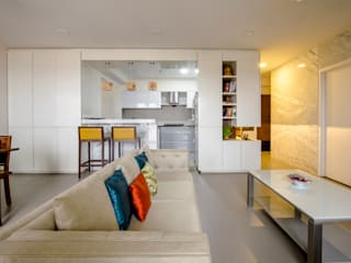 Agarwal Residence:  Living room by Kamat & Rozario Architecture