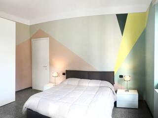 Una palette colore tenue ma dal carattere deciso: Camera da letto in stile  di Rifò