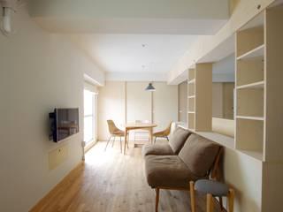 Modern living room by ピークスタジオ一級建築士事務所 Modern