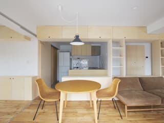 Shelf House: ピークスタジオ一級建築士事務所が手掛けたリビングです。