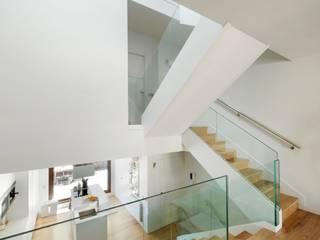 casa ARNAL: Pasillos y vestíbulos de estilo  de costa+dos