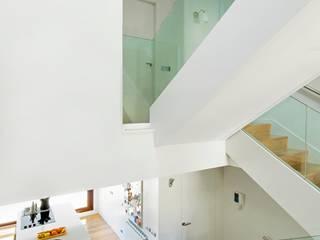 Pasillos, halls y escaleras minimalistas de costa+dos Minimalista