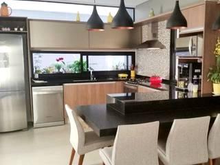Cozinha Integrada com a sala Salas de jantar modernas por Erlon Tessari Arquitetura e Design de Interiores Moderno
