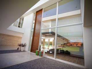 Puerta de tamaño y proporciones extraordinarias de Maretich Aberturas de Madera Moderno