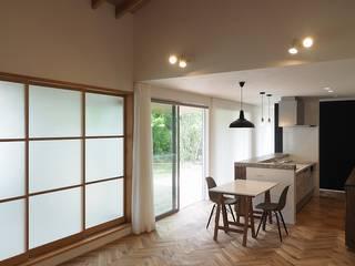 吉野町の家: ai建築アトリエが手掛けたリビングです。,
