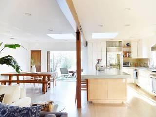 Modern living room by Phương Đàm Modern