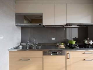 放。鬆宅 現代廚房設計點子、靈感&圖片 根據 文儀室內裝修設計有限公司 現代風