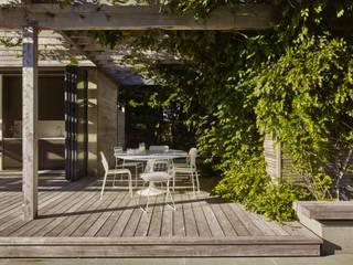 Pool im grüne Balkon, Veranda & Terrasse im Landhausstil von Ecologic City Garden - Paul Marie Creation Landhaus