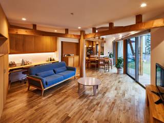 荒尾の家: border design architectsが手掛けたリビングです。