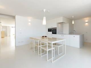Cozinha monocromática:   por Padimat Design+Technic