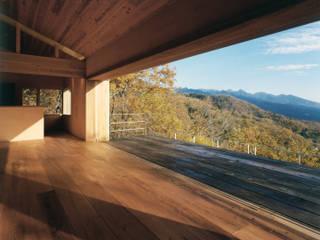 蓼科高原の週末住宅|大開口から八ヶ岳が一望できる別荘: 中庭のある家|水谷嘉信建築設計事務所が手掛けたリビングです。