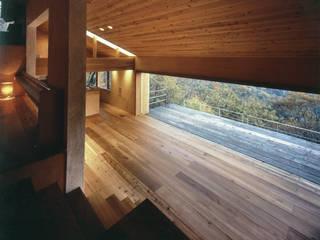 蓼科高原の週末住宅|ウッドデッキとつながった開放的なリビングと大開口: 中庭のある家|水谷嘉信建築設計事務所が手掛けたリビングです。