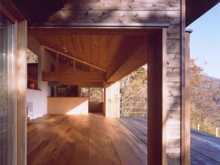 蓼科高原の週末住宅 大開口のあるリビングとデッキ: 中庭のある家 水谷嘉信建築設計事務所が手掛けたフローリングです。