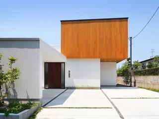木の箱が白い建物上に浮かぶように: 株式会社建築工房DADAが手掛けた木造住宅です。