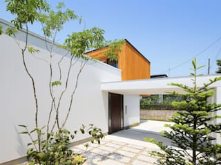 カーポートを兼ねた玄関ポーチの差し掛け: 株式会社建築工房DADAが手掛けた木造住宅です。