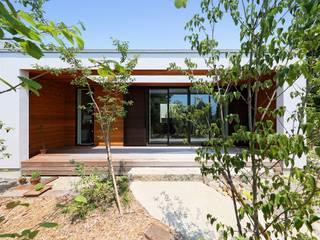 庭に続くウッドデッキ: 株式会社建築工房DADAが手掛けた木造住宅です。
