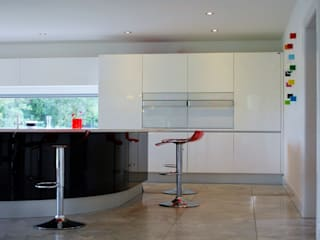 Modern kitchen with u-shaped central console.: modern Kitchen by Jim Morrison Architects