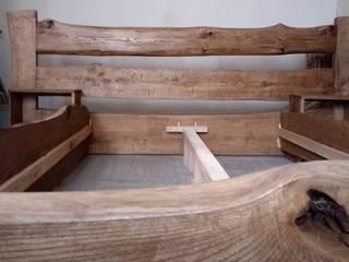 Łóżko z drewna o naturalnych krawędziach: styl , w kategorii  zaprojektowany przez NaLata - Meble Drewniane, Ariel Młotkowski