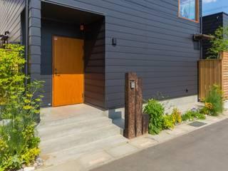 川口の家: 一級建築士事務所 アトリエ カムイが手掛けたドアです。,モダン