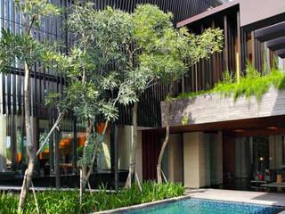 Permata Buana Residence:  Kolam renang halaman by Jati and Teak