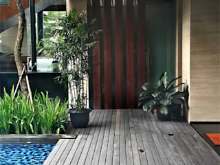 Permata Buana Residence:  Koridor dan lorong by Jati and Teak