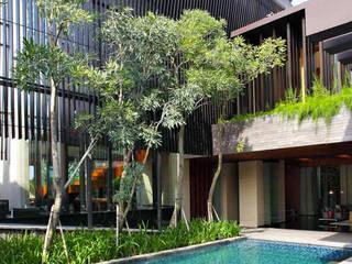 Modern Kontemporer Design:  Kolam taman by Jati and Teak