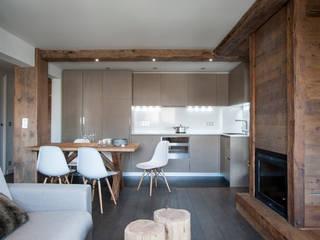 A private holiday chalet in the French Alps Cucina in stile rustico di studio 76 architetti associati Rustico