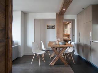 A private holiday chalet in the French Alps: Soggiorno in stile  di studio 76 architetti associati