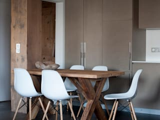 A private holiday chalet in the French Alps: Sala da pranzo in stile  di studio 76 architetti associati