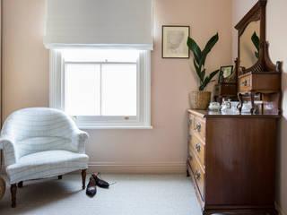 East London Edwardian House Klassische Ankleidezimmer von Imperfect Interiors Klassisch