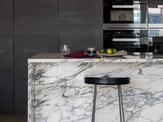 Chelsea Creek Apartment Moderne Küchen von Imperfect Interiors Modern
