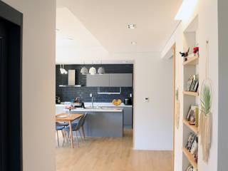 심플하고 내츄럴한 디엘건축의 크리에이트 신규모델: (주)디엘건축의  복도 & 현관