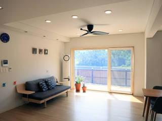 심플하고 내츄럴한 디엘건축의 크리에이트 신규모델: (주)디엘건축의  거실