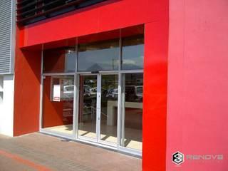 Case moderne di Renov8 CONSTRUCTION Moderno