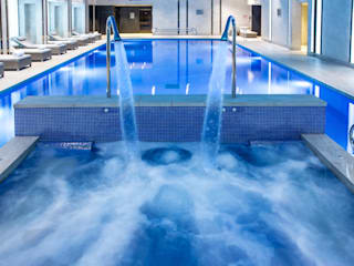 Award Winning Pool and Spa at InterContinental London - The 02 Hotéis modernos por London Swimming Pool Company Moderno