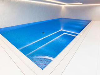 Smaller spaces can have beautiful pools van London Swimming Pool Company Minimalistisch