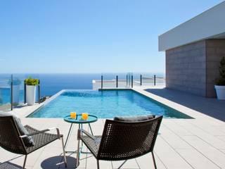 exterior piscina: Casas de estilo  de TRAZOS D´INTERIORS