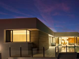 exterior vivienda: Casas de estilo  de TRAZOS D´INTERIORS