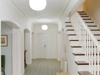 Hall de entrada: Escadas  por Tangerinas e Pêssegos - Design de Interiores & Decoração no Porto